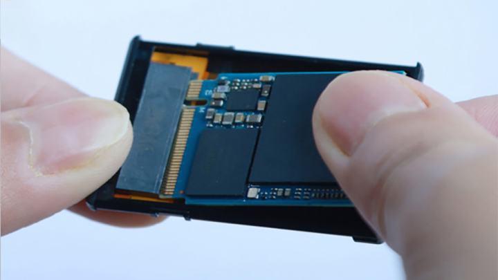 変換アダプタは、短いM.2 SSDをXbox Series X, S, Sに取り付けることができます。