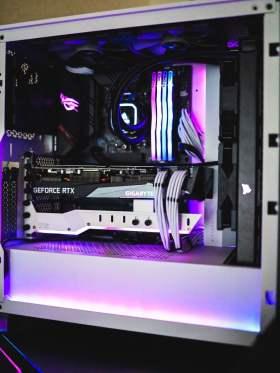 白と黒のコントラストが彩る高性能PC #1